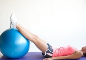 Лежа с гимнастическим мячем