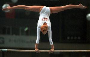 Гимнастка на брусьях