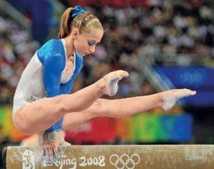 Гимнастка на колоде