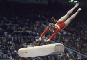 Девушка на опорном прыжке