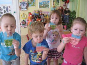 Дети дуют на чашки