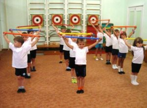 Дети с гимнастической палкой