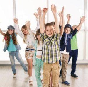 Дети с поднятыми руками