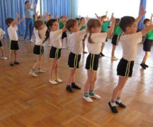 Дети упражняются