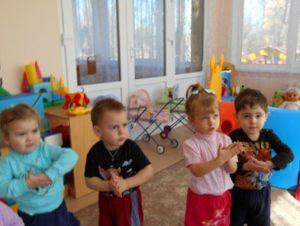 Дети хлопают в ладошки