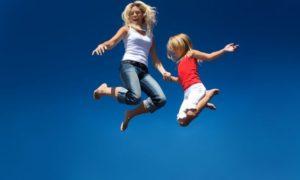Мама и дочка прыгают