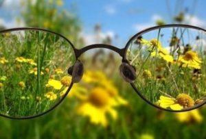 Рассматривать сквозь очки