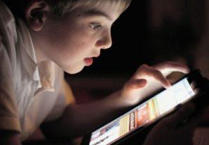 Ребенок изучает планшет