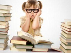 Ребенок читает книги