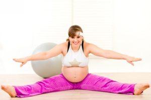 Беременная женщина и гимнастический шар