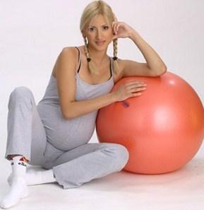 Беременная женщина с гимнастическим мячом