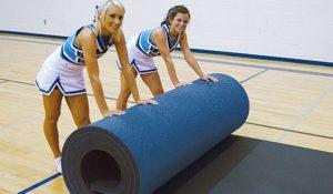Рулон скручивают гимнастки