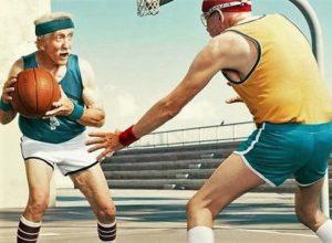 Старики играют в баскетбол