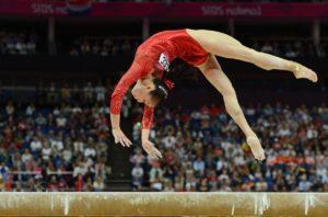 Гимнастка делает сальто