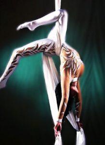 Гимнастка с тканями