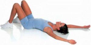 Девушка с согнутыми в коленах ногами