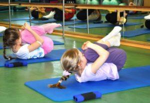 Дети делают упражнения для спины