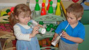 Дети дуют в трубочку