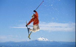 Лыжник на фоне гор