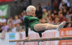 Пожилая женщина занимается спортом