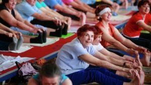 Пожилые женщины делают упражнения