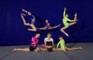 Спортсменки в прыжке