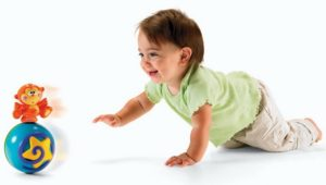 Малыш ползет к игрушке
