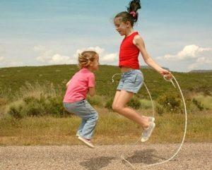 Прыгают две девочки